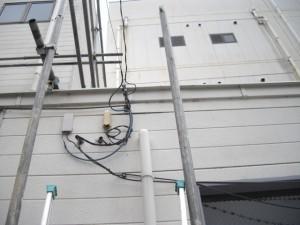 電線による外壁の破損