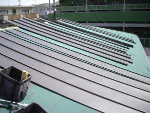カバー工法立て平葺き施工中