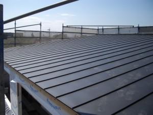 葺き上がった縦平葺き屋根