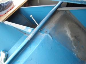 屋根下まで貫通するビスで棟下地が固定されていました。