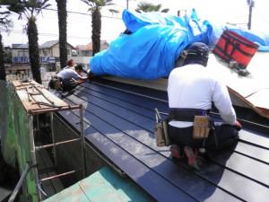 屋根葺き中