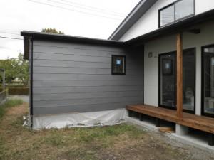 平葺き金属外壁とサイディング