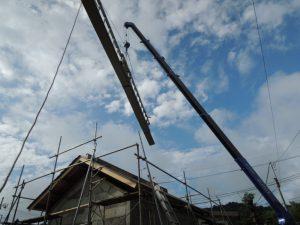 クレーンによる屋根の荷揚げ
