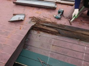 正しくない納まりがもたらした結果と正しく納まった新しい屋根