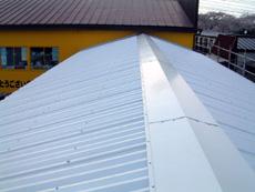 アスベスト含有スレート屋根に対するカバールーフ工法